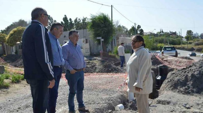 Bettinelli supervisó la obra de red de cloacas del barrio Ceferino